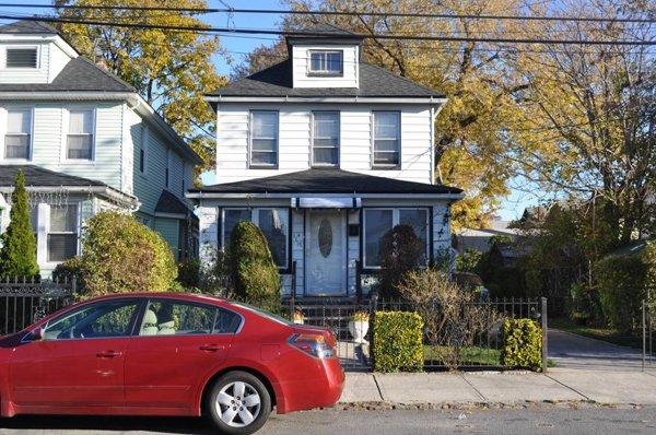 Single Family House Laurelton DLR4001
